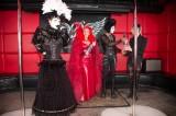 latex-fashion-show-feathers_9294